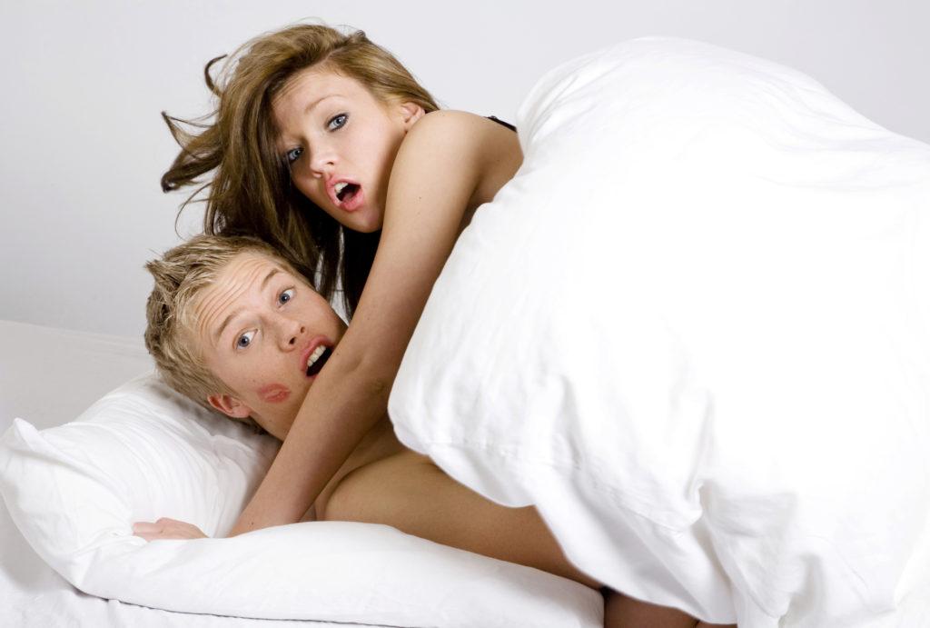 Para nakryta w łóżku na zdradzie (przez detektywa?)
