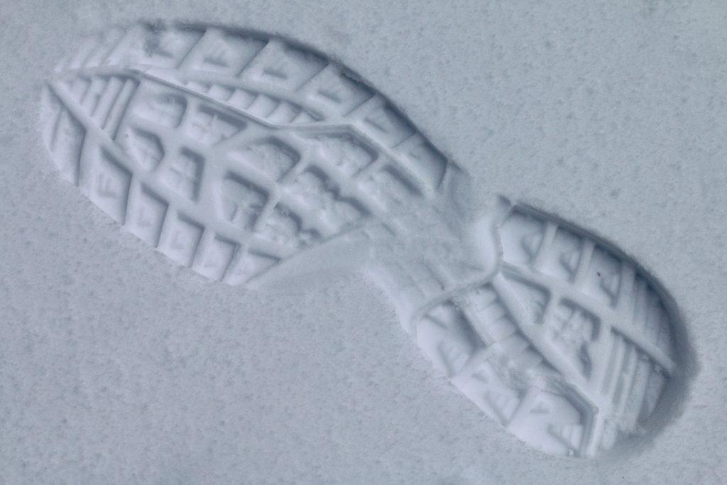 odcisk buta w śniegu