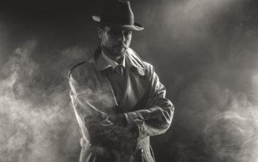 Detektyw w płaszczu we mgle